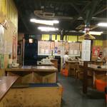 倉庫酒場もっちゃん - 中は倉庫のように広くテーブルが多数、カウンターは少なめ