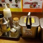 九州じゃんがららあめん - 調味料、薬味など 2016.8