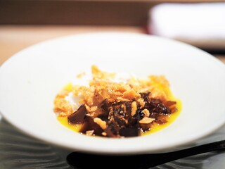 虎白 - ラム酒のジュレ 黒糖寒天 宮崎産マンゴーのソース ミルクアイス 揚げ湯葉