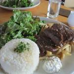 アナログ カフェ ラウンジ トーキョー - 牛ハラミステーキとフレンチフライポテトライスプレートフレッシュチーズソース添え