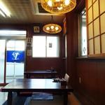 菊井かつ - お店へ入って 左側に並ぶ 小上がり。
