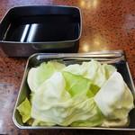 菊井かつ - ソースは、2度づけ、箸、口につけた串 を入れることは厳禁ですョ! キャベツは トングを使用してお皿にとって下さいネ!