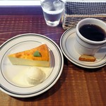 ホワイトバード コーヒー スタンド - ストロング、濃厚な自家製チーズケーキ