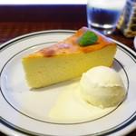 ホワイトバード コーヒー スタンド - 濃厚な自家製チーズケーキ