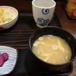 居酒屋 道 - もやしと油揚げの味噌汁は好き、サラダはコールスロー風。