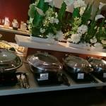 レストラン 彩巴 - お料理コーナー (奥にフレッシュジュースがズラリ)