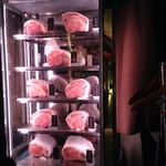 新橋 正泰苑 - 入口に陳列されたお肉の塊。産地表記あり。