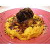 牛ホホ肉の赤ワイン煮込みと焼きマッシュポテトのフリッタータ