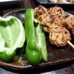 焼鳥とワイン MOJAⅢ世 - 料理写真:つくねにピーマンがついてきた!!つくねには胡麻が入ってて美味しいです