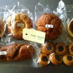 ニアイコール - 左下より右回り:くるみ¥150、ごまシュガー¥70、プレーンシュガー¥70、納豆¥150、ベイクドチーズケーキ¥160、焼き菓子¥100