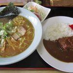 駅前旅館 - サラダもついて900円!カレーのご飯少なめ指定。