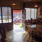 喫茶ガロ - 店内はカフェとめん羊工房を併設