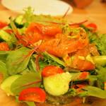 リバーティングカフェ ダブリュ - サーモンとアボカドのサラダ