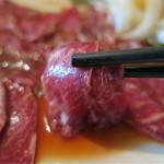 Bistro ひつじや - 201608 レアステーキは綺麗な脂のサシが入ってて、舌触りは馬刺しのようだけど、飲み込んでからふわっと戻ってくる香りがちゃんと羊肉独特の風味