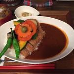 54949153 - イベリコ豚のカツカレー。950円                       野菜がたっぷりとのっていて美味しそう。