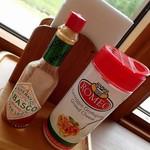 ピザドゥ - 卓上配備;粉チーズはスパゲティ(レストランで提供)用ですね @2016/08/18