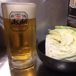 ホルモン焼 珍満 - 生ビール中550円とお通しのキャベツ
