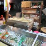 ともちゃん - 新鮮な食材が並んでいるネタケースです。屋台では生食禁止なので焼いたり天ぷらにすることが多いです。
