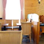 ベニ - 明るく開放感のある喫茶店の雰囲気