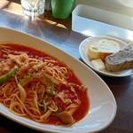 MIRAI restaurant&cafe - フランスパンと…忘れてしまいました(パスタランチの付属)、豚肉とゴーヤのトマトパスタ
