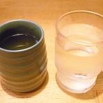 多津屋 - まずお冷 あんみつと一緒に熱いお茶が出てくる