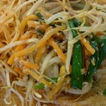 めん王  - ネギの下には 炒め野菜がいっぱい。
