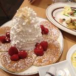 55029859 - [2015年9月]ストロベリー、ホイップクリームとマカダミアナッツのパンケーキ