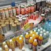 石鎚山サービスエリア(下り)ショッピングコーナー - ドリンク写真:みかんジュースが豊富に揃っています。