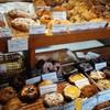 Ecru - 料理写真:店内には朝から色とりどりのパン