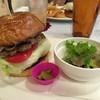 チョッパーズ - 料理写真:ハンバーガー(トマトトッピング)サラダセット