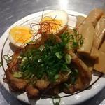 バサノバ - 三品盛りは炙り豚バラチャーシュー2枚、味付けゆで卵1個分とメンマ沢山。糸唐辛子と浅葱のせ。