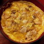 55090579 - 三昧親子丼 アップ 手羽、むね、もも肉が入っており、それぞれの食感が楽しめるそうです(16-08)