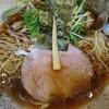 進化驀進 - 料理写真:生醤油ラーメン800円。醤油タレがキツく塩辛い