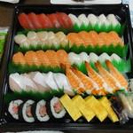 コストコ - 寿司ファミリー盛48貫 2480円 このボリューム感はスゴイ。我が家も悪戦苦闘しましたが完食です。