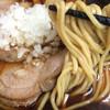 肉煮干中華そば 鈴木ラーメン店 - 料理写真:麺。スープ共によく見るとお蕎麦のソレ。