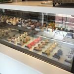 カナルカフェブティック - 飯田橋カナルカフェブティック。1Fは美味しそうなケーキ並んでます。