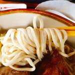 しむじょう - 麺は少し細麺タイプながら沖縄そばのボソボソ感は無く固めのうどん?しっかり芯が残りつつも粉っぽさも無くツルリと旨い