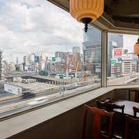 8Fの高さから、首都高を見下ろせる開放感溢れるお店です。
