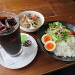 タナカクマキチ。 - 料理写真:ゴロゴロ梵天なすと舞茸のグリーンカレー、アイスコーヒー