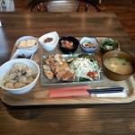 カフェ•レストラン きんぎょ食堂だいず - 料理写真:チキンソテー定食