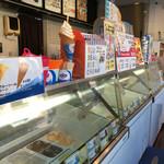 ブルーシールアイスクリーム - アイスクリームが並んでいます。