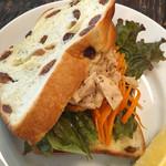 ネモ - キャロットラペとツナのサンドイッチ