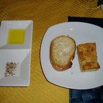 グラディナータ・ノルド - パン。オリーブオイル、クミン、コリアンダー、花塩等々の塩がポイント