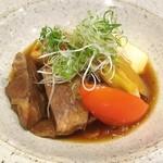 とう間 - 料理写真:牛タンとトマトのすき煮