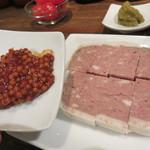 肉山 福岡 - パテ・ド・カンパーニュ。 肉山オリジナルのチリ味の粒マスタードをつけて食べます。