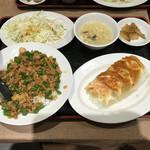歓迎 - 中華風そぼろ丼+餃子