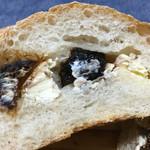 自家培養醗酵種パン 侭 - 最近食べられるようになったイチジクとクリチーの組み合わせ♡