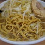 魔人豚 - 野菜をひたすら食べて、ようやく麺にたどりつく。