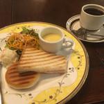 ブラッスリー三幸 - お代わり自由のブレンドコーヒー400円とBのハムと小倉のホットサンドセット