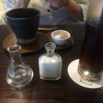 古民家カフェ鍵屋 - ホットコーヒーとアイスコーヒー。食器が素敵でした